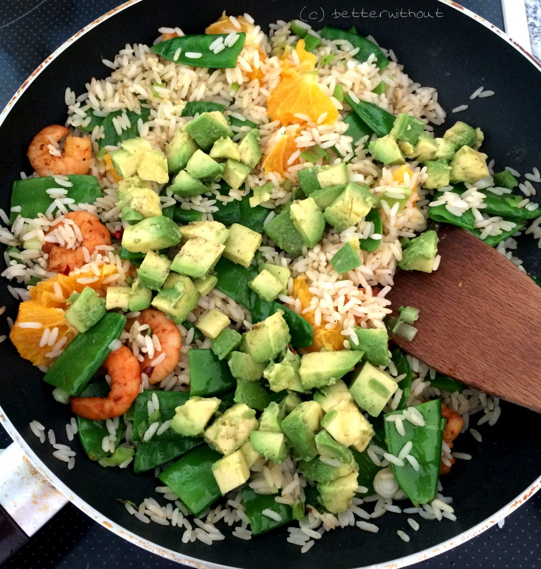 Fruchtige Reispfanne mit Scampi, Orange und Avocado