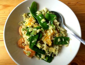 Fruchtige Reispfanne mit Scampi und Avocado