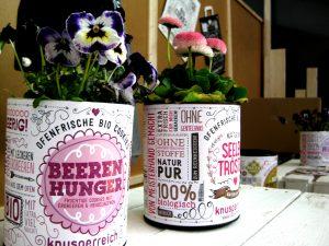 Stiefmütterchen in dekorativen Keksdosen