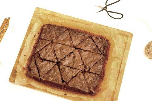 die glutenfreien Brownies warten auf das Verzieren