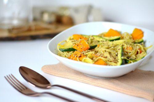 Pasta mit Gemüse in Erdnusssoße