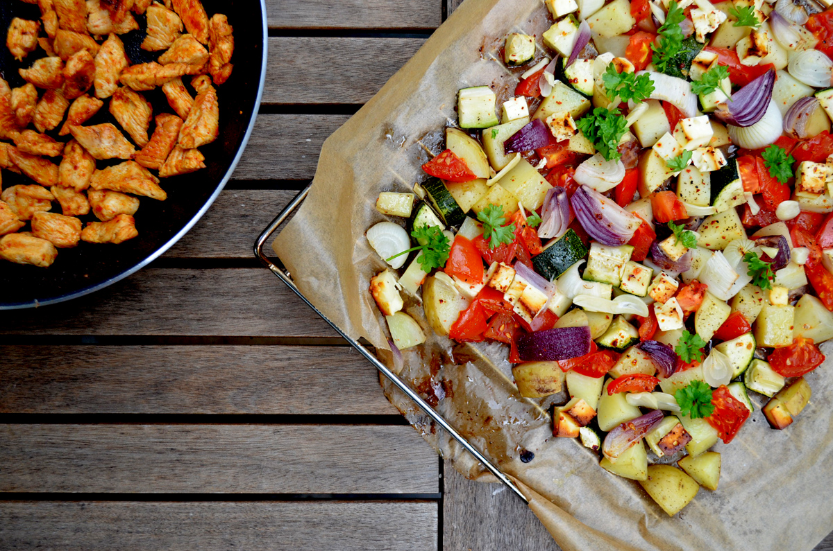 Glutenfreies Ofengemüse mit Feta und Pute